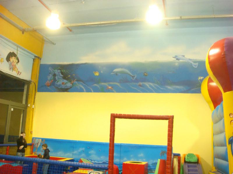 צביעת קירות אומנותית וציור קיר של עולם מים במגרש משחקים