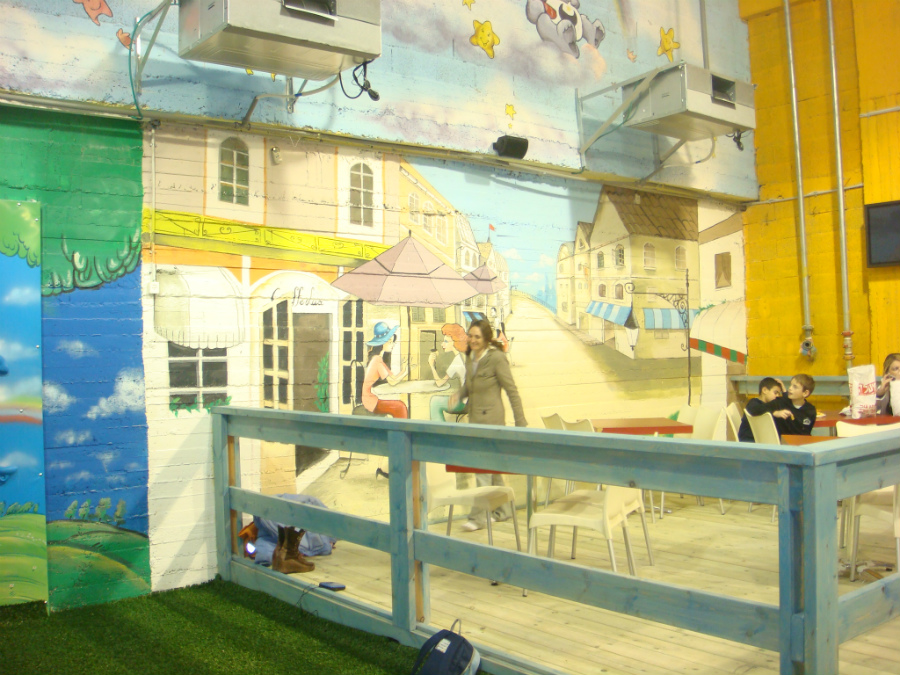 ציורים בכל הקירות בחדר ילדים בקניון מבשרת ציון