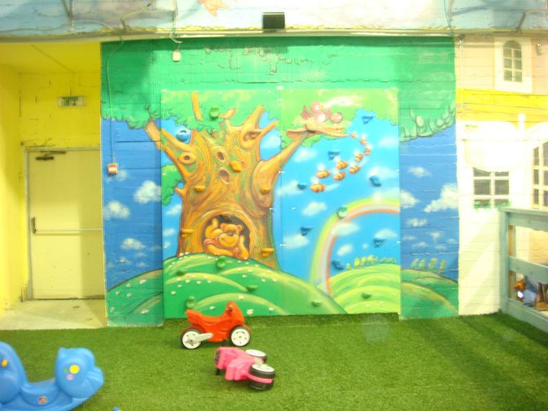 ציור על הקיר של עץ במגרש משחקים קניון במשרת