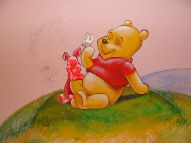 ציור על הקיר בחדר תינוקת של פו הדב וחזרזיר