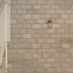 קיר לבנים אחרי יצירת ציור הקיר של אשליית לבנים