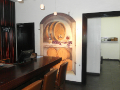 ציור קיר של חביות יין במסעדת סומסה בת''א