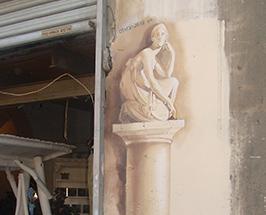 ציור גרפיטי של פסל בסגנון בארוק בשוק הפשפשים