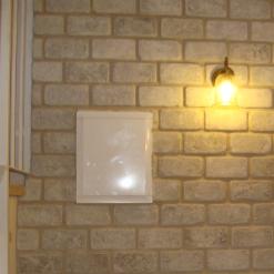 קיר לבנים עם ארון חשמל לפני ציור הקיר של אשליית לבנים