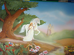ציור הקיר בסגנון דיסני של חד קרן ונסיכה בחדר של ילדה קטנה