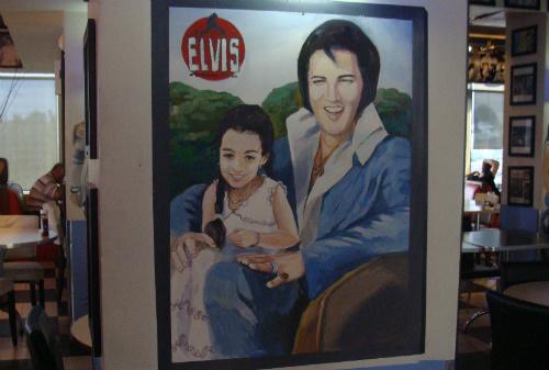 פורטרט של אלביס על הקיר במסעדת אלביס