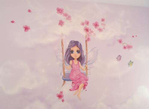 ציור קיר פיה על נדנדה בחדר בנות