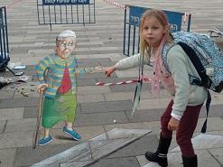 ציור רצפה תלת מימד אנאמורפי ליום מעשים טובים בסינמטק תל אביב