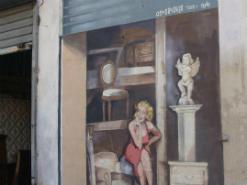 ציור קיר על חנות רהיטים של מרלין מונרו