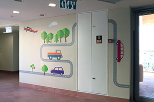 ציור קיר של מטוס, מכוניות וכבישים