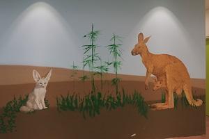 ציור קיר של קנגורו ושועל