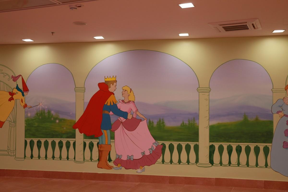 ציור קיר של הנסיך ונסיכה מסינדרלה