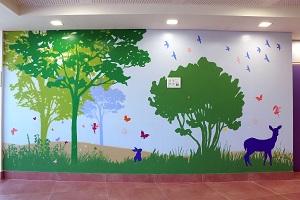 ציור קיר של צבי וארנב
