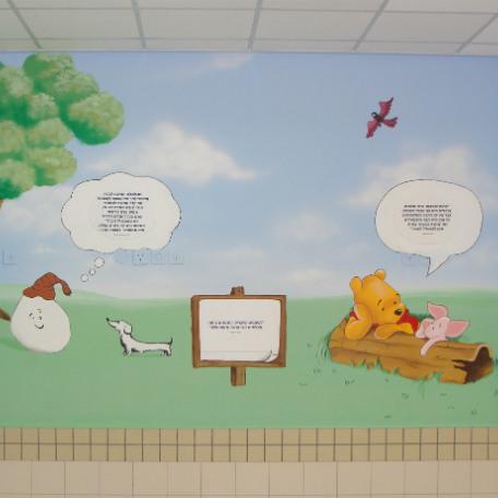 ציורי קיר של פו הדוב וחזרזיר כולל ציפור, כלב וקיסוס