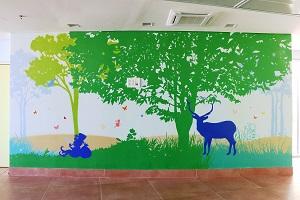 ציור קיר של גמד וצבי