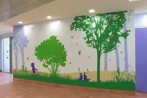 ציור קיר של גמד וארנבים