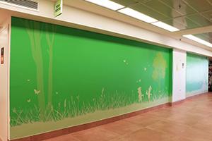 ציור קיר של הכל ירוק וגמד קטן