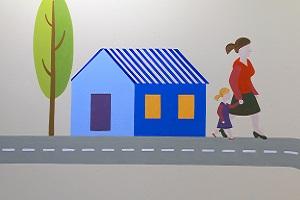 ציור קיר של בית מגורים ואנשים לידו