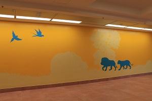 ציור קיר של מונוכרומטי של אריות ותוכים