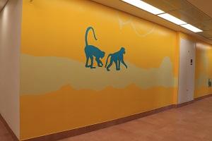 ציור קיר של מונוכרומטי של קופים