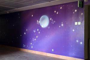 ציור קיר של ירח לילה ופיות
