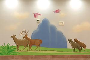ציור קיר של זוג צבועים וצבאים