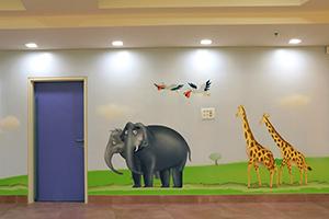 ציור קיר של פילים, שקנאים וג'ירפות