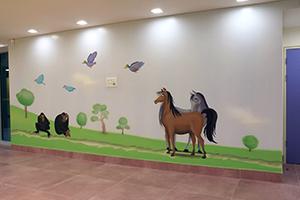 ציור קיר של קופים, ברווזים וסוסים
