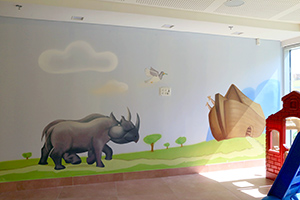 ציור קיר של זוג הקרנפים ויונה עם ענף זית