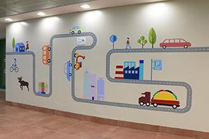 ציור קיר של כביש, מפעל ומכוניות