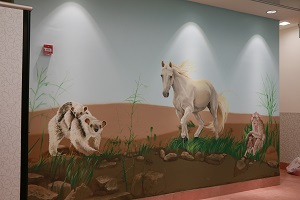 ציור קיר של דוב נמלים וסוס