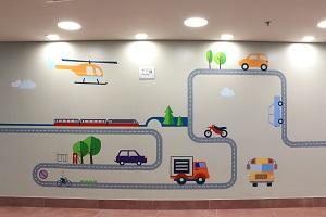 ציור קיר של רכבת ומכוניות