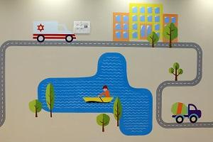 ציור קיר של כלי תחבורה ואמבולנס