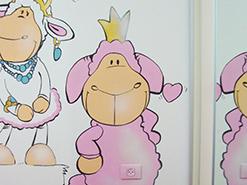 ציור הקיר של הכבשה ניקי בחדר שינה של ילדה