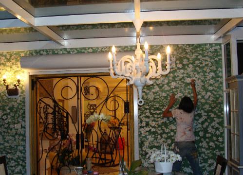 ציור של שדה פרחים לבנים על כל הקיר בפטיו