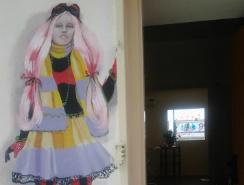 ציור קיר של נערה בכניסה למספרה ראשים מדברים