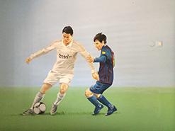 ציור קיר של מסי ורונלדו נאבקים על כדור לחדר נוער