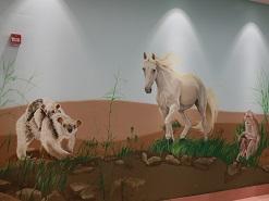ציור קיר של הסוס הלבן ועצלנאי במרכז שלוה ירושלים