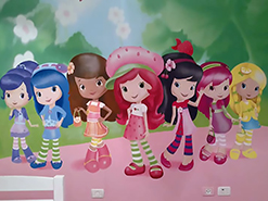 ציור קיר של תותיות בחדר של בנות מהר אדר