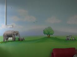 ציור קיר של סוואנה באפריקה בבית חולים איתנים