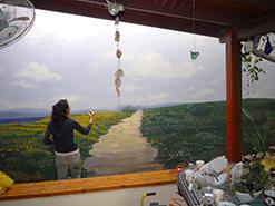 ציירת אנה קוגן מציירת נוף ימי בנהריה
